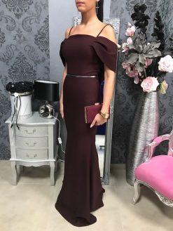 Dlhé elegantné šaty s lodičkovým výstrihom a opaskom - tmavo bordovo hnedé