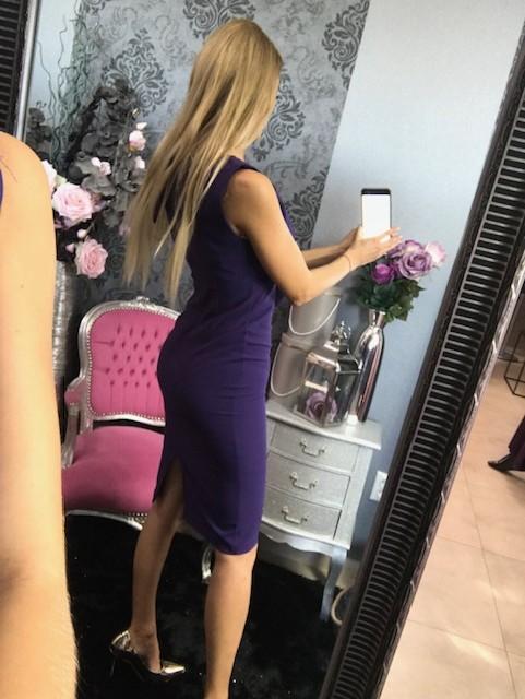 Puzdrové šaty s volánom - tmavofialové