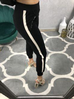 Čierne teplákové nohavice s koženým pásikom na bokoch