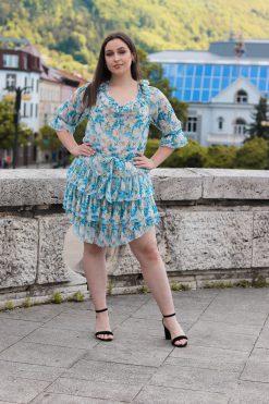 Krátke volánikové šaty s dlhými rukávmi