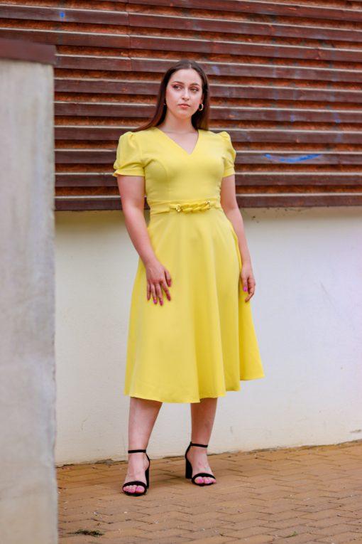 Midi šatky s áčkovou sukničkou a zlatým doplnkom v páse