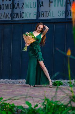 Dlhé priliehavé šaty s ozdobným riaseným volánom a korálkami a ramenách